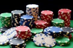红色,蓝色,绿色,白色和黑纸牌筹码堆 免版税库存图片