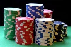 红色,蓝色,绿色,白色和黑纸牌筹码 库存照片