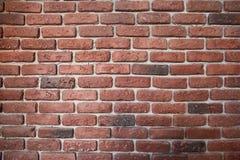 红色,黄色砖墙背景在农村石制品技术里屋子脏的生锈的块使减速火箭的颜色建筑学变暗 免版税库存图片