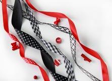 红色,黑缎丝带和按钮 免版税库存照片