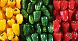 红色, greenand黄色喇叭花在一个柜台以子弹密击在超级市场 在a的五颜六色的甜椒胡椒 库存照片