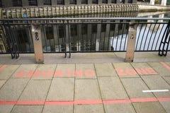 红色绘了一座短的走道桥梁的抽烟的区域 免版税库存图片