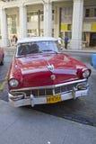 红色经典古巴在街道的汽车对角停车处 免版税库存照片