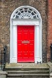 红色经典门在都伯林,都伯林爱尔兰英王乔治一世至三世时期典型的建筑学的例子  免版税库存图片