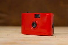 红色紧凑影片照相机 免版税库存图片