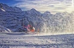 红色直升机登陆了在瑞士滑雪胜地靠近少女峰山 库存图片