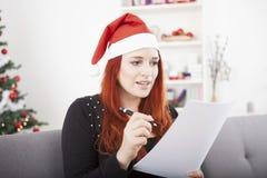 年轻红色头发圣诞节女孩愿望 库存图片