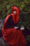红色头发妇女浪漫画象红色明亮的礼服的有爱好者的由纸牌做成 心脏的女王 创造性的概念 免版税库存图片