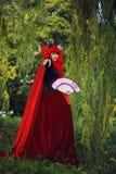 红色头发妇女浪漫画象红色明亮的礼服的有爱好者的由纸牌做成 心脏的女王 创造性的概念 图库摄影