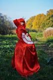 红色头发妇女浪漫画象红色明亮的礼服的有爱好者的由纸牌做成 心脏的女王 创造性的概念 免版税库存照片