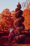 红色头发妇女浪漫画象红色明亮的礼服的有爱好者的由纸牌做成 心脏的女王 创造性的概念 免版税图库摄影