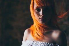 红色头发少妇画象 免版税图库摄影