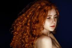 红色头发 背景在纵向射击工作室白色的方式女孩 免版税库存照片