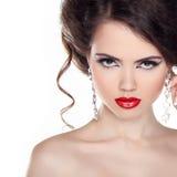 红色嘴唇。有卷发的美丽的妇女和晚上化妆。J 免版税库存图片