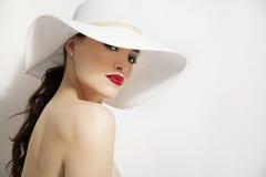 红色嘴唇和白色帽子 免版税库存图片