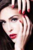 红色嘴唇和钉子 免版税库存照片