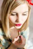 红色嘴唇:白肤金发的画报妇女画红色唇膏 免版税库存照片