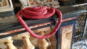红色绳索在教会里 库存照片