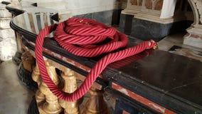 红色绳索在教会里 免版税库存照片