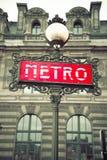 红色巴黎地铁车站符号 免版税库存照片
