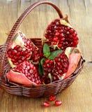 红色水多的有机石榴果子 免版税库存图片
