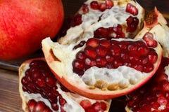 红色水多的石榴,整个,半,成熟和残破的果子 库存图片