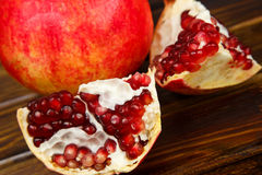 红色水多的石榴,整个,半,成熟和残破的果子 免版税库存图片