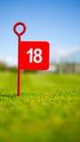 红色18孔高尔夫球旗子 免版税库存照片