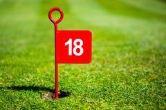 红色18孔高尔夫球旗子 库存照片