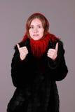 红色围巾的美丽的妇女 库存图片