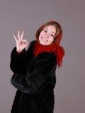 红色围巾的美丽的妇女 免版税图库摄影