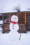 红色围巾的,冬天, 12月, 1月雪人 免版税库存照片
