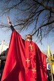 红色主教服装的人在'Busojaras',冬天的葬礼狂欢节  库存图片