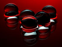 红色水晶球在水的抽象背景中 库存图片