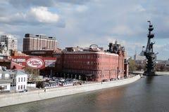红色10月复合体在莫斯科 对彼得的纪念碑极大 免版税库存照片