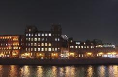 红色10月巧克力工厂在夜之前,莫斯科 库存照片