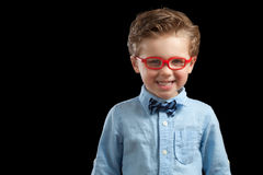 红色玻璃的白肤金发的男孩 免版税库存图片