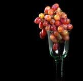 红色玻璃的葡萄 免版税库存图片