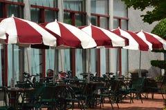 红色/白色伞和外部桌在波特兰,俄勒冈 免版税库存照片