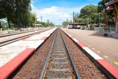 红色&白色在铁路之间的小条小径 免版税库存照片