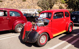 红色1950年福特Anglia小轿车 免版税库存照片