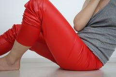 红色绑腿的女孩 免版税图库摄影
