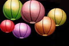 红色绿色淡紫色桃红色橙黄圆的圈子五颜六色的枝形吊灯背景墙纸 库存照片
