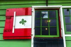红色绿色窗口风车Zaanse Schans村庄荷兰荷兰 免版税库存图片