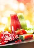 红色黄绿色结果实圆滑的人玻璃瓶 免版税图库摄影