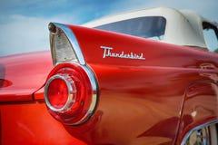 红色1956年Ford Thunderbird敞篷车经典汽车 库存图片