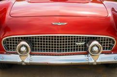 红色1956年Ford Thunderbird敞篷车经典汽车 免版税库存照片