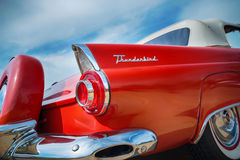 红色1956年Ford Thunderbird敞篷车 库存图片