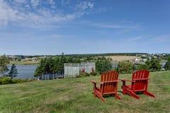 红色Adirondack椅子 免版税库存照片