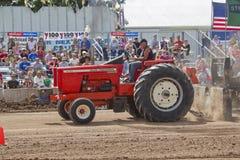 红色Allis Chalmers拖拉机 免版税库存图片